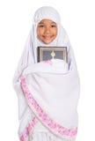 Muchacha musulmán joven que detiene a Al Quran Imagenes de archivo