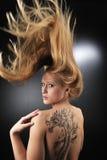 Muchacha muy atractiva del tatoo del dragón Foto de archivo