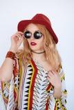 Muchacha muy bonita con las gafas de sol y el sombrero rojo Foto de archivo libre de regalías