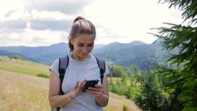 Muchacha muy hermosa que hace el selfie en las montañas almacen de metraje de vídeo