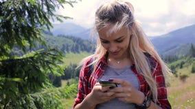 Muchacha muy hermosa que hace el selfie en las montañas almacen de video