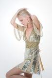 Muchacha nórdica en la media cara que pone en vestido del oro imagen de archivo