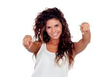 Muchacha natural con el pelo rizado que señala en la cámara Foto de archivo libre de regalías