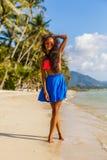 Muchacha negra adolescente hermosa en falda azul y sujetador rosado en el b Fotografía de archivo