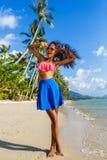 Muchacha negra adolescente hermosa en falda azul y sujetador rosado en el b Imágenes de archivo libres de regalías