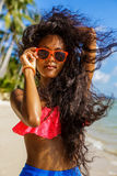 Muchacha negra adolescente hermosa en falda azul y sujetador rosado en el b Foto de archivo libre de regalías