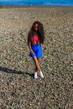 Muchacha negra adolescente hermosa en falda azul y sujetador rosado en el r Fotos de archivo libres de regalías