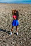 Muchacha negra adolescente hermosa en falda azul y sujetador rosado en el r Imagenes de archivo