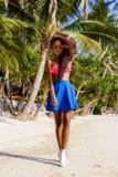 Muchacha negra adolescente hermosa en gafas de sol, sujetador y falda Fotos de archivo libres de regalías