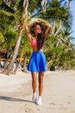 Muchacha negra adolescente hermosa en gafas de sol, sujetador y falda Foto de archivo libre de regalías