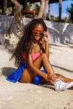 Muchacha negra adolescente hermosa en gafas de sol, sujetador y falda Fotos de archivo