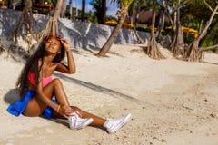 Muchacha negra adolescente hermosa en gafas de sol, sujetador y falda Imagen de archivo