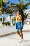 Muchacha negra adolescente hermosa en selfie azul de la toma de la falda con ella Imagen de archivo libre de regalías