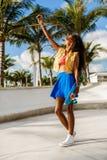 Muchacha negra adolescente hermosa en selfie azul de la toma de la falda con ella Imagen de archivo