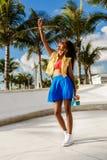 Muchacha negra adolescente hermosa en selfie azul de la toma de la falda con ella Fotos de archivo