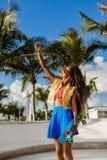 Muchacha negra adolescente hermosa en selfie azul de la toma de la falda con ella Foto de archivo