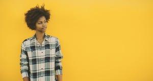 Muchacha negra con el espacio de la copia en fondo amarillo Foto de archivo libre de regalías