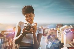 Muchacha negra con la cámara de la película del vintage Fotos de archivo