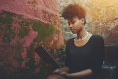 Muchacha negra con la tableta digital al aire libre Fotografía de archivo