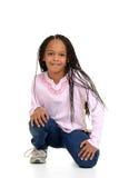 Muchacha negra con sentarse de las filas del maíz Fotos de archivo libres de regalías