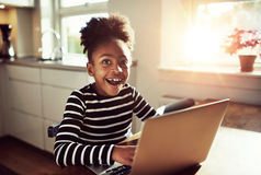 Muchacha negra con una expresión alegre Fotos de archivo libres de regalías