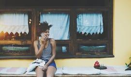 Muchacha negra de risa en café de la calle Fotografía de archivo