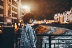 Muchacha negra en el puente por la tarde Foto de archivo libre de regalías