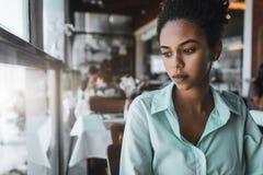 Muchacha negra en el restaurante, retrato Fotografía de archivo
