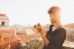 Muchacha negra en el tejado con la cámara de la foto del vintage Imagen de archivo libre de regalías