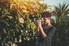 Muchacha negra en jardín con la leva del vintage Fotos de archivo
