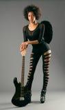 Muchacha negra hermosa con las alas del ángel y la guitarra eléctrica fotos de archivo libres de regalías