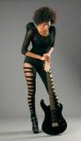 Muchacha negra hermosa con las alas del ángel y la guitarra eléctrica imagen de archivo libre de regalías