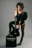 Muchacha negra hermosa con las alas del ángel y la guitarra eléctrica imagen de archivo