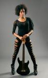 Muchacha negra hermosa con las alas del ángel y la guitarra eléctrica fotos de archivo