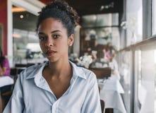 Muchacha negra hermosa en el restaurante, retrato Imagenes de archivo
