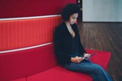 Muchacha negra joven con la tableta digital Imagen de archivo libre de regalías