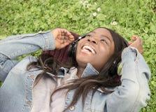 Muchacha negra joven en el prado imagen de archivo