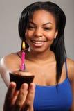 Muchacha negra joven hermosa con la torta de cumpleaños Imagen de archivo