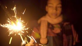 Muchacha negra linda con el fuego de muerte de la bengala metrajes
