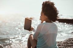 Muchacha negra que toma el selfie en la playa Imágenes de archivo libres de regalías