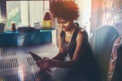 Muchacha negra sonriente con el cojín digital que toma el selfie Imágenes de archivo libres de regalías