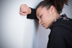 Muchacha negra triste y sola que siente presionada Foto de archivo