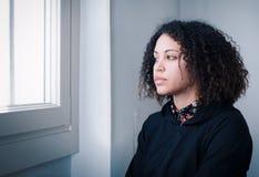 Muchacha negra triste y sola que siente presionada Foto de archivo libre de regalías