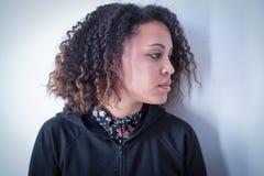 Muchacha negra triste y sola que siente presionada Fotos de archivo libres de regalías