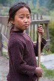 Muchacha nepalesa con una escoba Fotografía de archivo libre de regalías