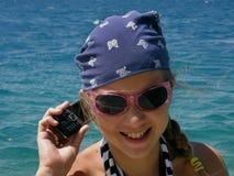 Muchacha (niño) con celular Foto de archivo