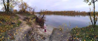 Muchacha, niño en la orilla del río, Foto de archivo libre de regalías