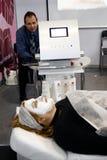 Muchacha no identificada con la máscara cosmética Imágenes de archivo libres de regalías
