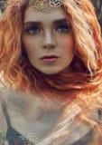 Muchacha noruega del pelirrojo hermoso con los ojos y las pecas grandes en cara en el retrato del bosque del primer de la mujer d foto de archivo