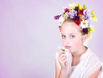 Muchacha o adolescente con las flores en pelo Fotografía de archivo libre de regalías